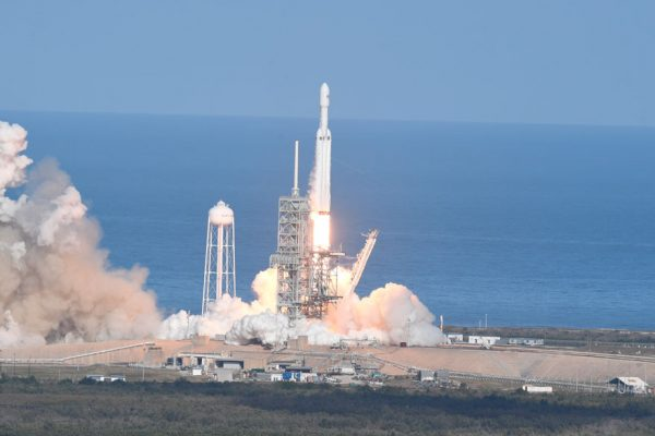 SpaceX lanza el cohete más poderoso del mundo rumbo a Marte