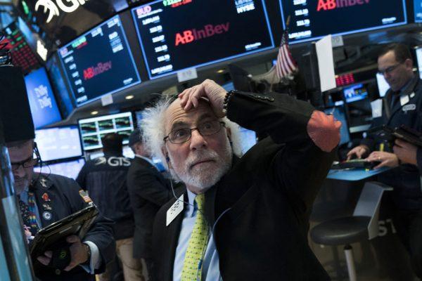 Wall Street arranca 2021 con pérdidas por agravamiento de la pandemia