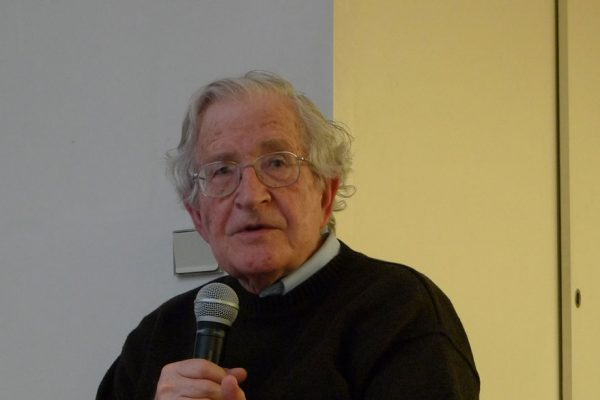 Chomsky y otros activistas piden levantar sanciones contra Venezuela