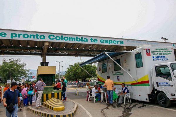 Cascos blancos argentinos atienden a migrantes venezolanos en Cúcuta