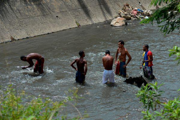 Mineros del río Guaire: vivir de las cloacas de Caracas