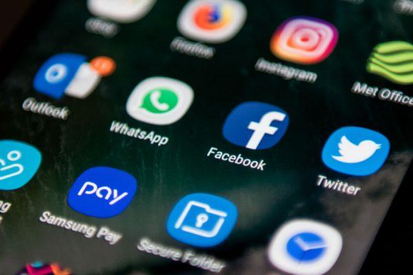 Facebook llena los diarios de EE.UU de anuncios contra las políticas de Apple