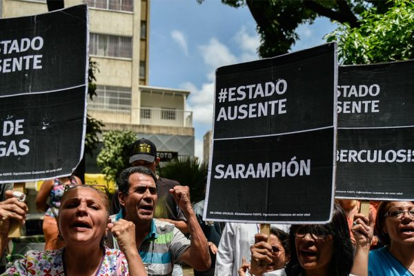 Pacientes y médicos protestan por falta de medicinas y bajos sueldos