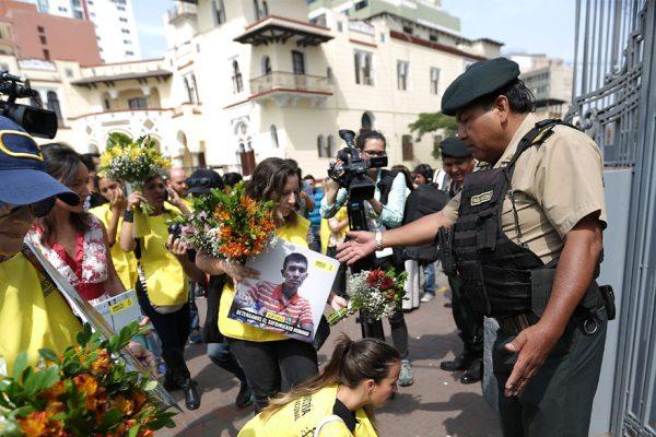 Protestan con flores contra Maduro en Perú