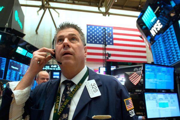 Wall Street abre rojo y Dow pierde 800 puntos por miedo al segundo trimestre
