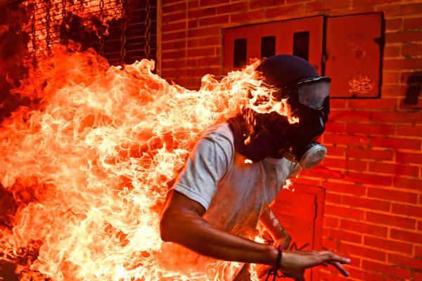 El joven en llamas, la historia detrás de la foto del año del WPP