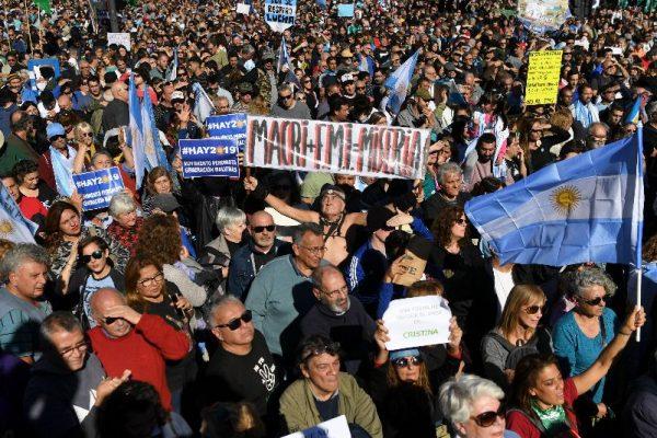 Multitudinaria manifestación rechaza acuerdo con el FMI en Argentina
