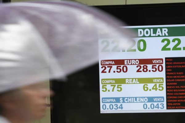 Peso argentino en picada pese a intentos de frenar depreciación