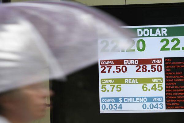 El peso se desploma en Argentina pese al apoyo del FMI