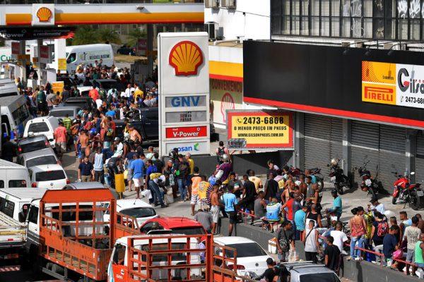 Comida a precio de oro y peleas por gasolina en un Brasil en huelga
