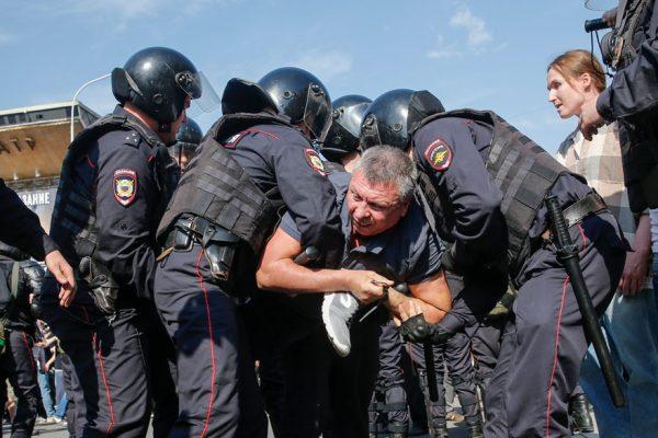 Líder opositor y más de 1.500 personas detenidas en protesta contra Putin