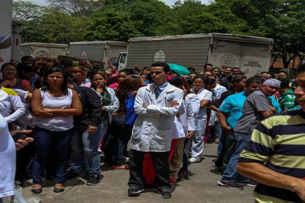 Enfermeros protestan en el Hospital J.M. de Los Ríos e inician paro de 24 horas