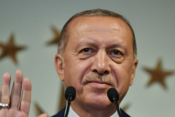 Erdogan reivindica la victoria en reñidas elecciones en Turquía