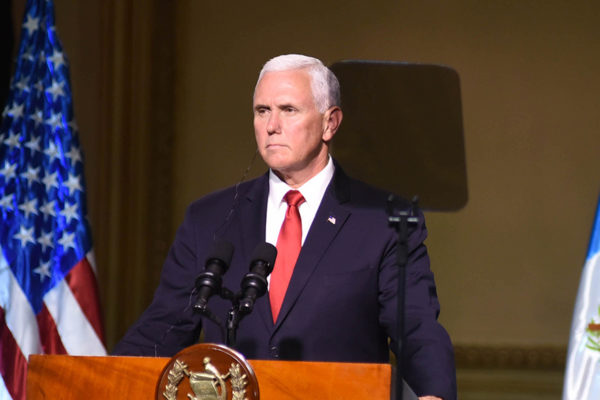 Mike Pence, calma y conservadurismo en medio de la tormenta Trump