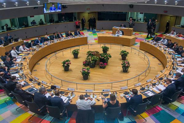UE acuerda creación voluntaria de centros para inmigrantes