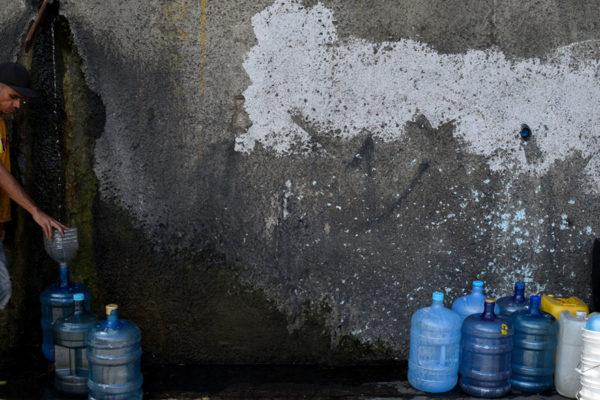 Bañarse con una botellita: la escasez de agua agobia a los venezolanos