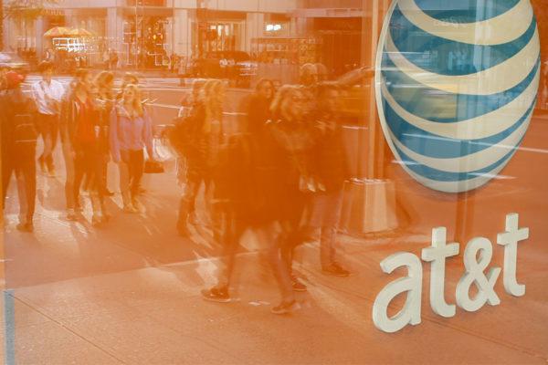 Caterpillar y AT&T, cara y cruz en los resultados del primer trimestre