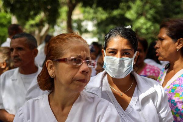 Enfermeras y profesores protestan por la