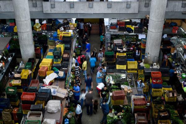 Compradores descargan en comerciantes frustración por alza de precios