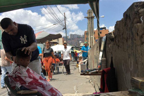 Peluqueros de la calle buscan sobrevivir a la crisis