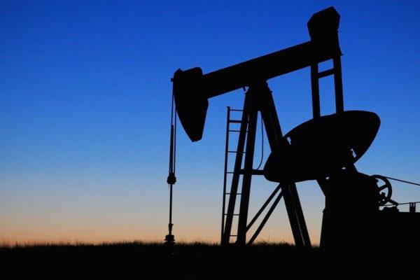 Petróleo baja levemente antes de reunión de grandes productores