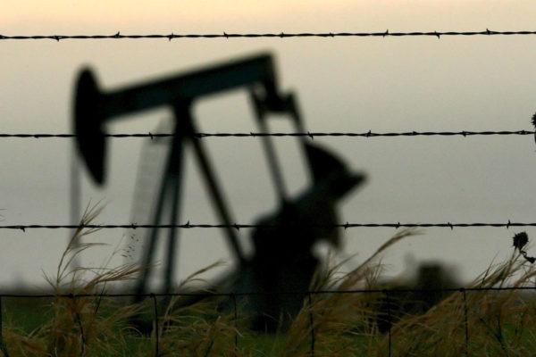 Precios del petróleo caen en más de 5% tras conocerse aumento de reservas en EEUU