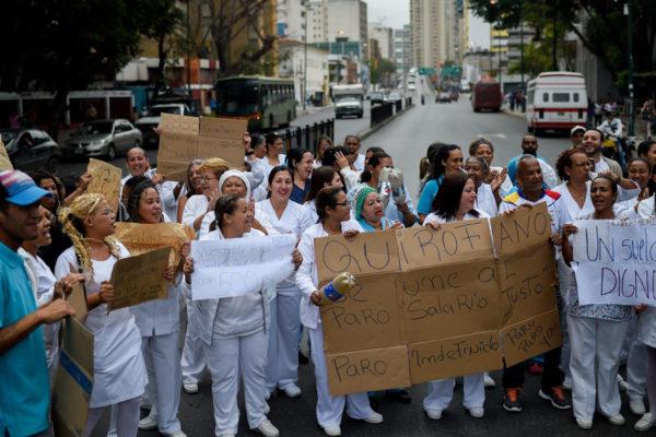 """Enfermeros: """"Una caja CLAP no basta, queremos sueldos dignos"""""""