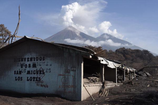 Bajo el volcán de Fuego, el duro golpe a una precaria economía
