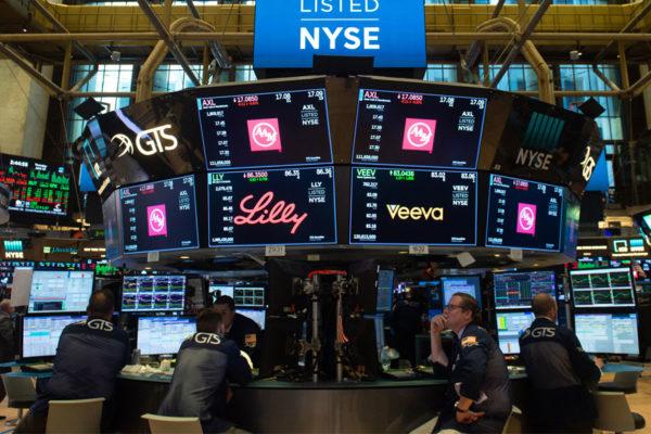 Wall Street bajó debilitada por la caída del crudo