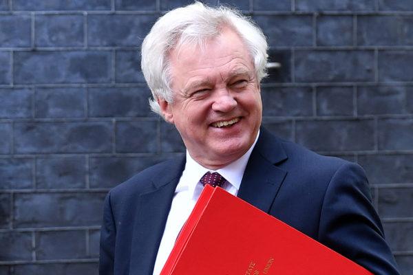 Renunció el ministro británico para el Brexit, David Davis