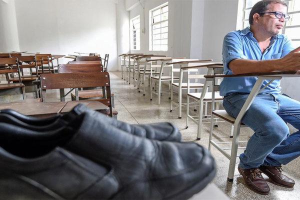 Los zapatos rotos de un profesor abren paso a la solidaridad