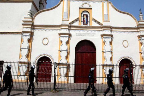 Liberan estudiantes nicaragüenses de iglesia bajo asedio