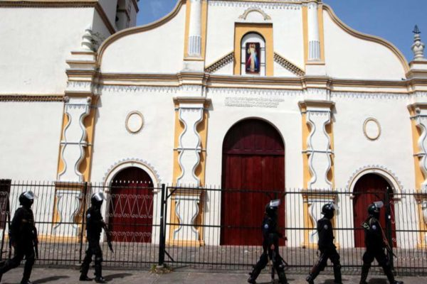 Iglesia en Venezuela ofrece misas ante papeles con miles de nombres de feligreses