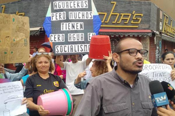 Protestan en Caracas por falta de agua y transporte público
