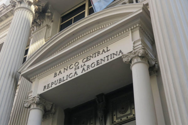 Calma cambiaria al iniciarse subastas de dólares del FMI en Argentina