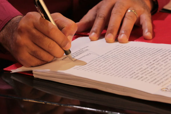 Maduro firma convenios para subir producción petrolera