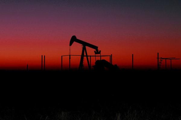 Petróleo de Texas sube un 0,58% ayudado por la debilidad del dólar
