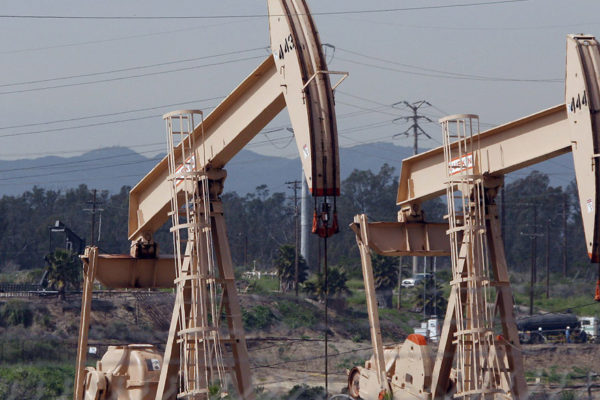 El petróleo oscila entre tormentas y tensiones comerciales
