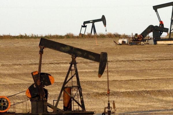 Precios del petróleo retroceden por disparidad entre oferta y demanda