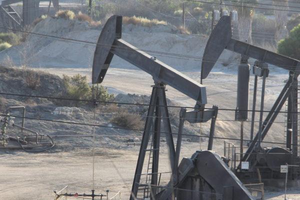 Precios petroleros cierran con subida apoyados en la debilidad del dólar