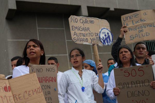 Hospitales y universidades mantienen protesta por mejoras salariales
