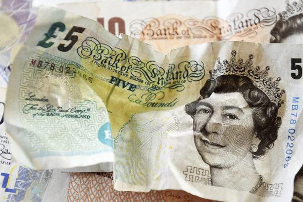 Deuda pública británica alcanza su nivel más bajo en once años