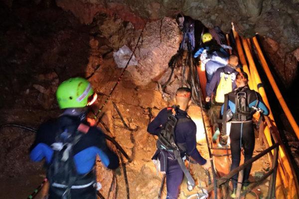 Rescatan a 4 de los 12 niños atrapados en cueva de Tailandia