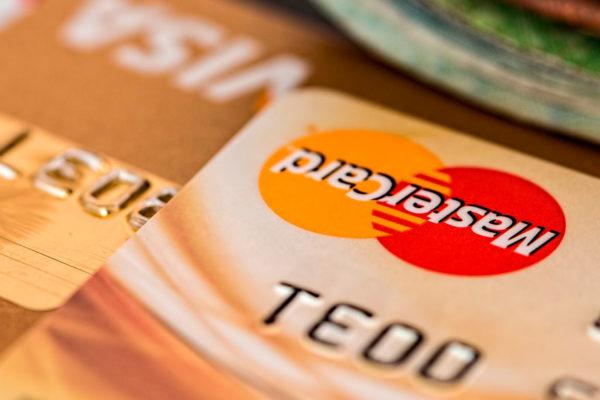 ¿Puede la banca cumplir con el límite mínimo para tarjetas de crédito?