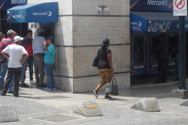 Pocos cajeros en Caracas disponibles para retirar nuevos billetes