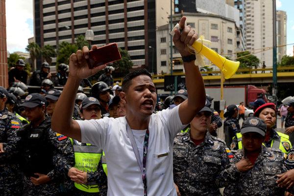 Maestros protestan para exigir mejoras salariales