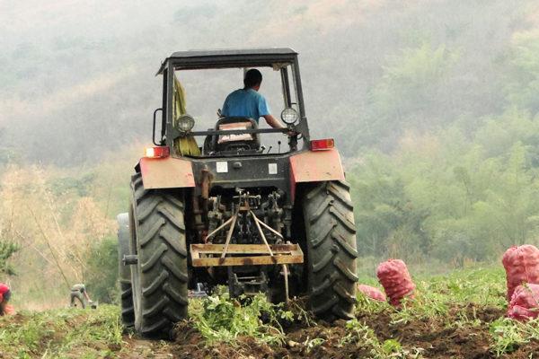 Escasez de combustible para sembrar cultivos pone a Venezuela al borde de la hambruna