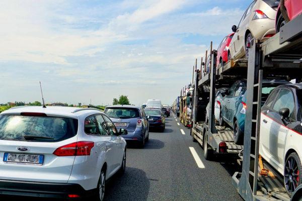EEUU aplaza los aranceles a vehículos de UE y da respiro al comercio global