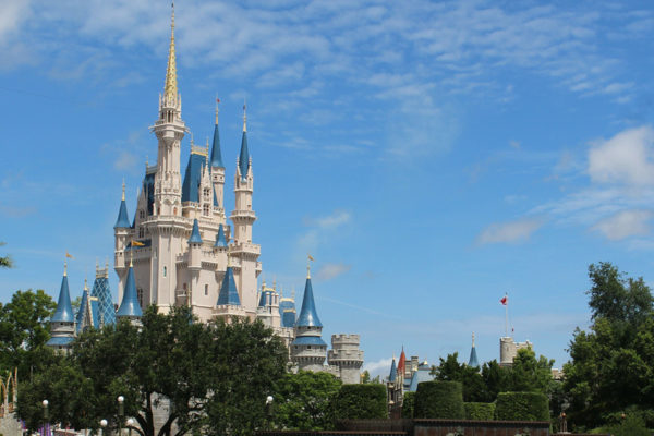Cientos de trabajadores de Disney exigen ayuda en EE.UU tras ser despedidos