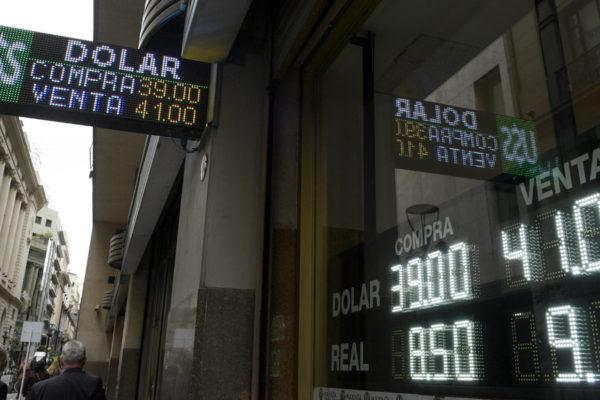 Peso argentino se derrumba 13,52% en un día
